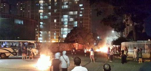 Más de cinco heridos de gravedad tras saqueos en calle Cajigal de El Valle | Foto: Rayner Peña / vía Twitter