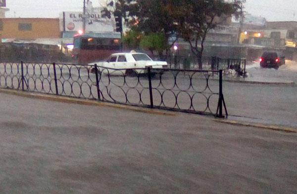 Fuerte aguacero con tormenta eléctrica cae sobre el Zulia | Foto: @cesar_2010alex