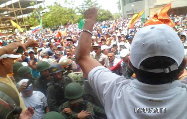 Manifestantes en Cumaná lograron llegar a la Defensoría en medio de la represión | Foto: Vía Twitter