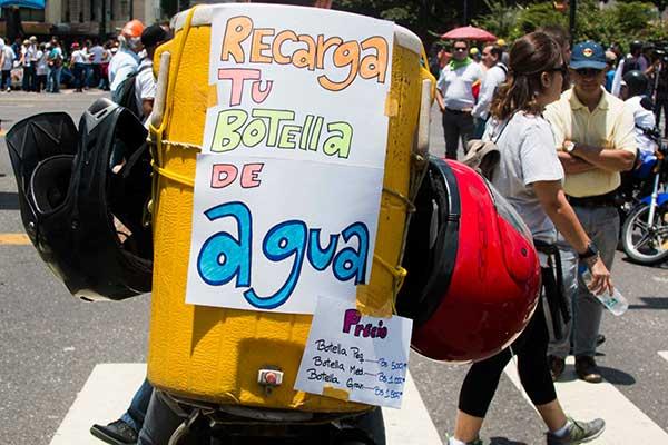 Los bolívares también se mueven en las marchas | Foto: Alejandro Cremades / El Estímulo