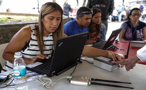 Electores-participan-en-el-proceso-de-validación-de-partidos-políticos-de-Venezuela.-EFE