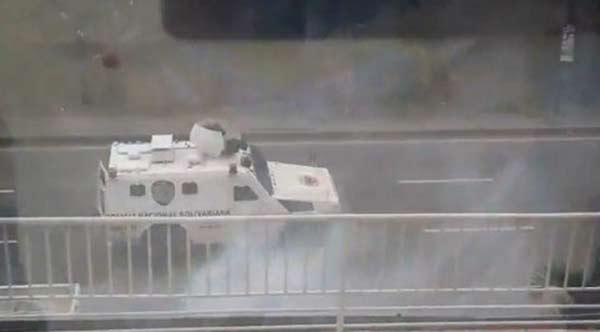 Tanqueta de la GNB lanzó bombas contra el Comando de Capriles  Captura de video