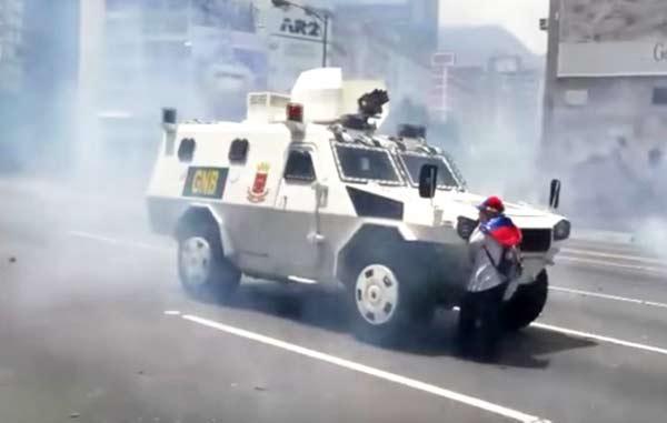 Señora impidió el avance de una tanqueta de la GNB |Captura de video
