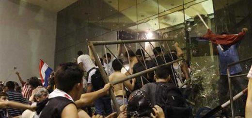 Manifestantes atacaron e incendiaron Congreso de Paraguay tras aprobarse reelección presidencial | Foto: EFE