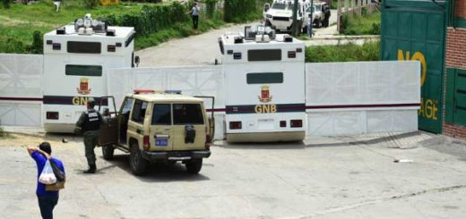 Cárcel de Ramo Verde obstaculizada por tanquetas de la GNB |Foto: AFP