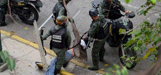 PNB maltrata a manifestantes |Foto: La Patilla