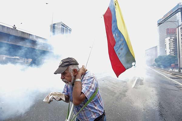 Señor afectado por el gas lacrimógeno en marcha #19A |Foto: EFE