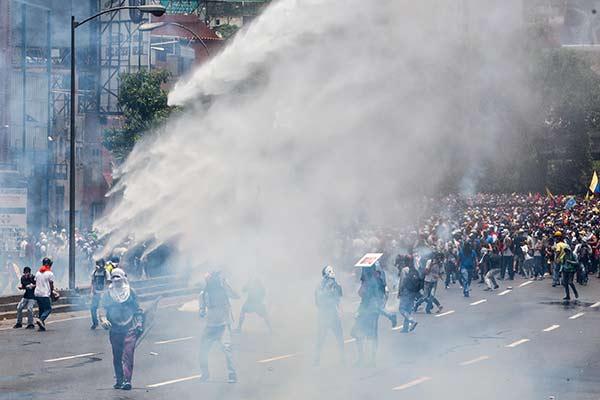 Brutal represión contra manifestantes el 19A |Foto: Reuters