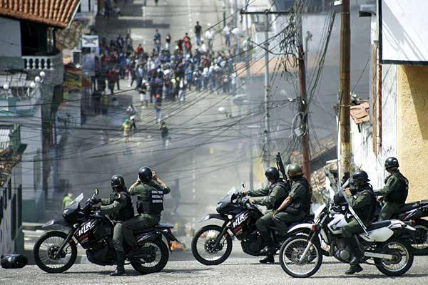Efectivos militares fueron pillados mientas disparaban contra manifestantes en Táchira (+fotos)