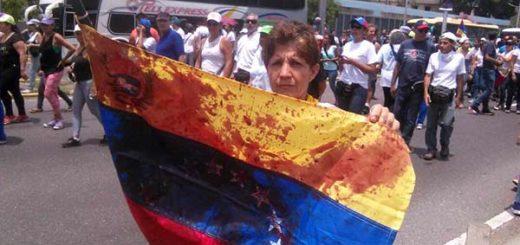 El tricolor se manchó de sangre durante protesta del #19Abr  Foto: El Nacional