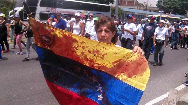 El tricolor se manchó de sangre durante protesta del #19Abr |Foto: El Nacional