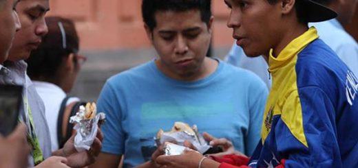 Venezolanos en Perú venden tizanas y arepas | Foto: EFE