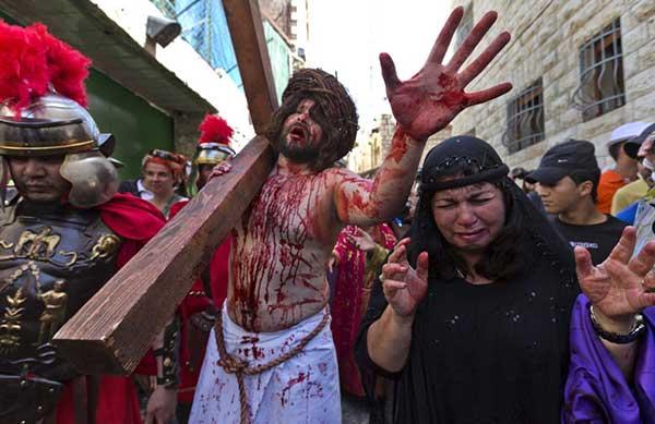 En Rumania repiten el camino que siguió Jesús antes y durante su crucifixión | Foto: Agencias
