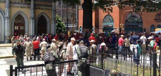 Dennis Fernández denuncia que oficialistas mantienen tomadas entradas a la AN | Foto: @AsambleaVE