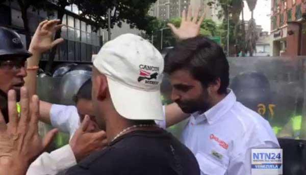 PNB roció gas pimienta a diputados Gaby Arellano y Juan Andrés Mejía | Captura de video