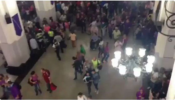 Grupo oficialista irrumpió en la Basílica de Santa Teresa | Foto: Captura de video