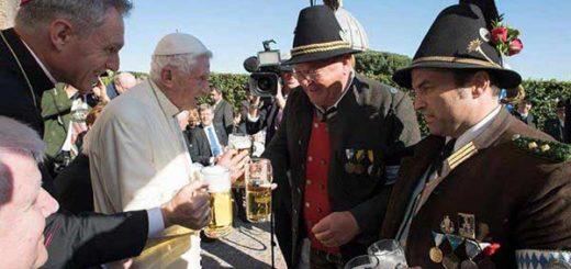 Con cerveza en mano celebró Benedicto XVI su 90 cumpleaños | Foto: EFE