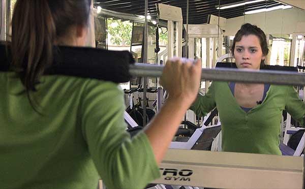 Bethania entrenando en el gimnasio en un momento del documental | Foto: El País