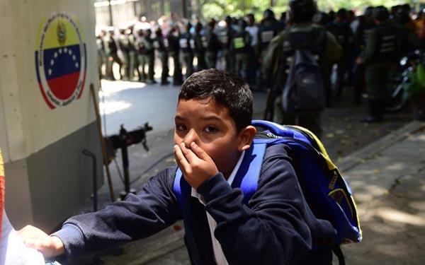 Niños del Colegio San Pedro fueron afectados por el gas lacrimógeno   Foto: AFP