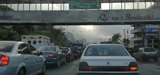 Todos los accesos a la ciudad de Caracas amanecieron restringidos este martes, según informan usuarios de la red social Twitter. | Foto: @kiklen89