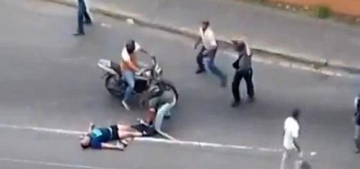 Colectivos roban a joven desmayado | Foto: Captura de video