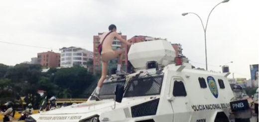 Manifestante desnudo se sube a tanqueta de la PNB | Foto: Captura