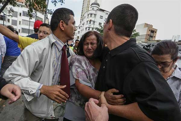 Así agredieron colectivos oficialistas a la diputada Dinorah Figuera frente a la Fiscalía | Créditos: EFE