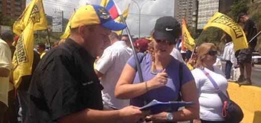 Ciudadanos firman planillas para destituir a magistrados del TSJ | Foto: Twitter