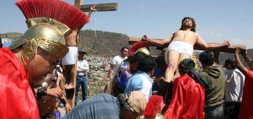 Un grupo de hombre que personifican a los romanos, con trajes típicos de los tiempos de Jesús acompañan la procesión | Foto cortesía