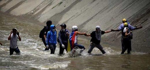 Protestantes se lanzaron al Guaire para huir del gas lacrimógeno | Foto: Reuters