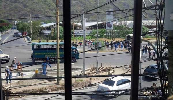 Protesta de estudiantes en la avenida intercomunal de Guarenas | Foto: Twitter
