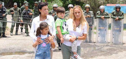Familia de Leopoldo López a las afuera de Ramo Verde | Foto: @liliantintori