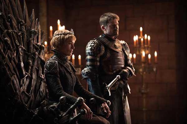 Cersei (Lena Headey) está muy cómoda en el trono de hierro con Jaime (Nikolaj Coster-Waldau) al lado. (HELEN SLOAN / HBO / HBO)