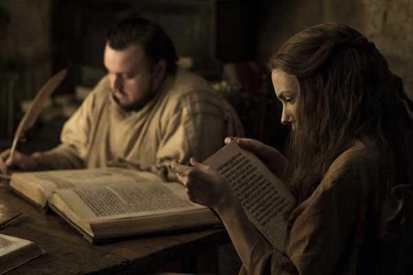 Sam (Dickon Tarly) se está formando como maestre al lado de Gilly (Hannah Murray). (HELEN SLOAN / HBO / HBO)