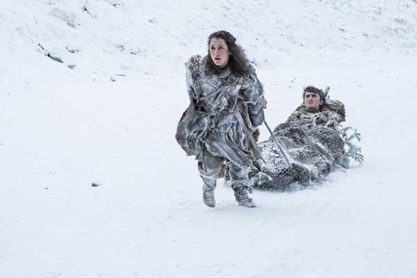 Meera (Jojen Reed) y Bran (Isaac Hempstead Wright) siguen aislados en el frío. (HELEN SLOAN / HBO / HBO)