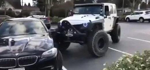 Conductor de Jeep empuja a BMW mal estacionado | Foto: captura de video