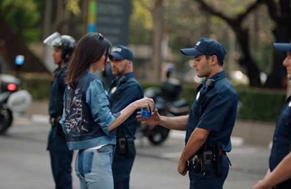 El polémico comercial de Pepsi protagonizado por Kendall Jenner | Foto: Twitter
