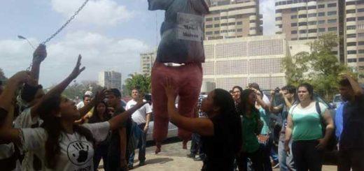 Estudiantes de Bolívar quemaron muñeco alusivo a presidente del TSJ | Foto: @Jhoalys