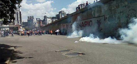 PNB reprime con bombas lacrimógenas a manifestantes que se dirigían hacia la Defensoría del Pueblo   Foto: Twitter