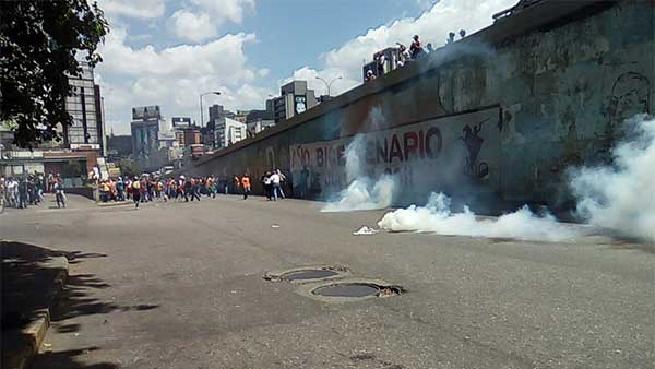 PNB reprime con bombas lacrimógenas a manifestantes que se dirigían hacia la Defensoría del Pueblo | Foto: Twitter