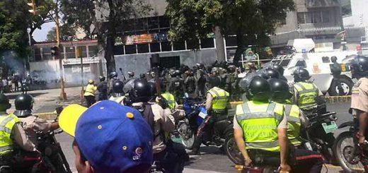 Represión en Santa Mónica, Caracas | Foto: @TomasGuanipa