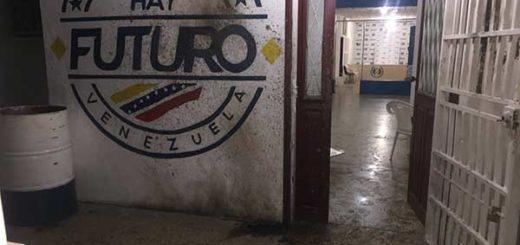 Lanzan bomba molotov a la sede de AD en Cumaná | Foto: @robertalcalaalc