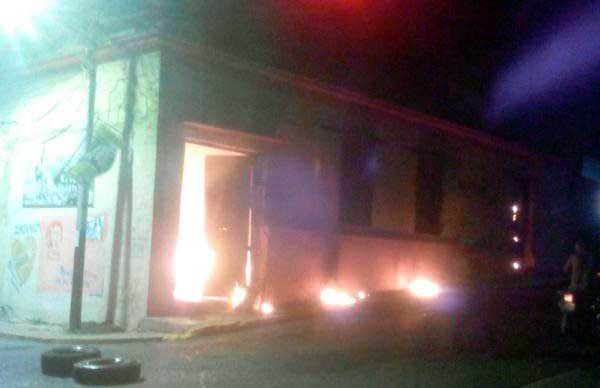 Manifestantes quemaron sede del Psuv en Mérida (+Fotos)