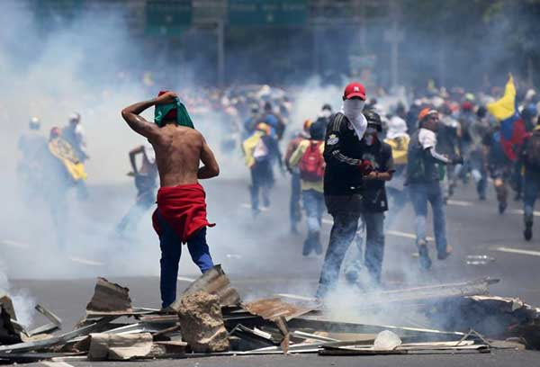 Presentarán ante el MP a 40 personas involucradas en hechos violentos durante protestas de este 10A | Foto: Reuters