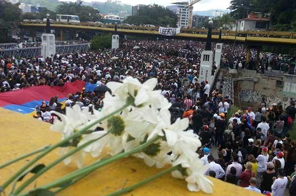 Entre cánticos y flores rindieron homenaje a Miguel Castillo | Foto: Luis Pico
