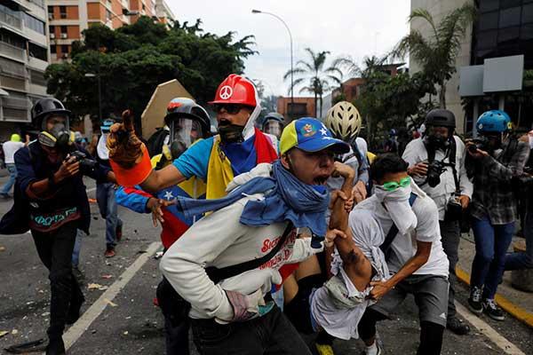 398 manifestantes heridos dejó represión en Caracas este #3May | Foto: Reuters
