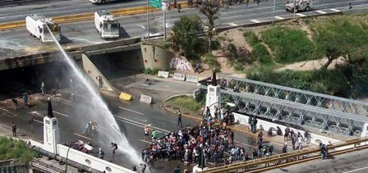 GNB usa ballena contra manifestantes |Foto: @elbagarciam