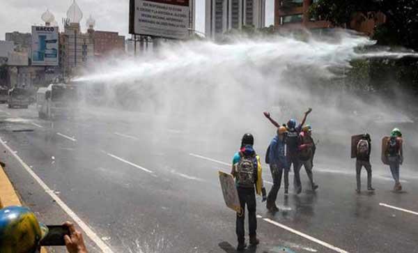 Ballena disparó agua contra manifestantes y periodista en la Francisco Fajardo | Foto: Caraota Digital