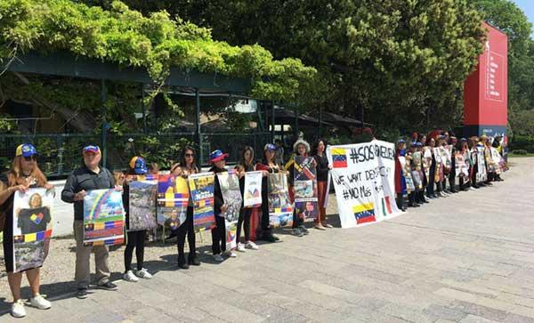 Venezolanos protestaron contra Maduro en la Bienal de Venecia | Foto: Twitter