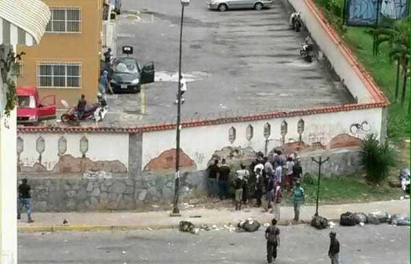 Grupos paramilitares ingresaron y causaron destrozos en un edificio de La Urbina   Foto: Twitter